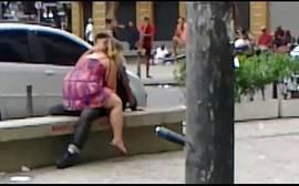 Trepando no banco de uma praça pública