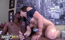Secretária ninfeta quicando forte com a buceta