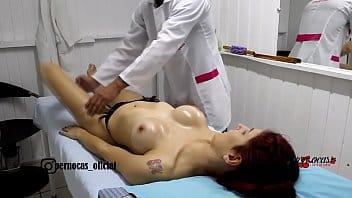 Enfermeira peituda fodendo no consultório