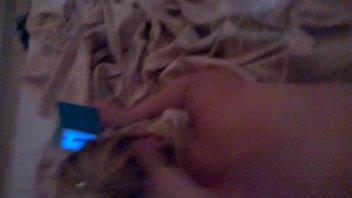 Comendo a novinha com força enquanto ela falava no telefone