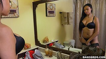 Morena de lingerie safada pagando boquete guloso