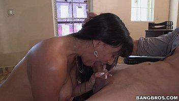 Morena latina pagando boquete para chefe pauzudo