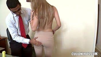 Porno gostoso chefe chupando peitinhos da secretária puta