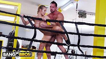 Atleta gostosa fodendo com seu treinador de boxe no ringue