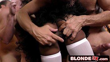 Carioca porno negra puta na orgia chupando vários cacetes