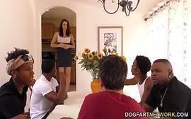 Dona de casa no vidio porno transando com vários negros