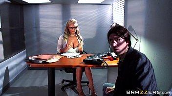 Escritorio do sexo com loira fodendo com colega nerd