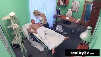 Filme de sexo médica milf fode com paciente no consultório