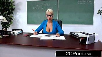 Galinhas do sexo professora peituda trepando na sala de aula
