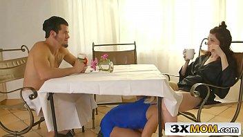 Gata virtual fode com casal embaixo da mesa do café