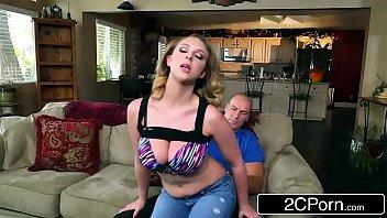 Gp1 peituda gata quicando no caralho no sofá