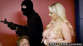 Homem e mulher fazendo sexo no cassino