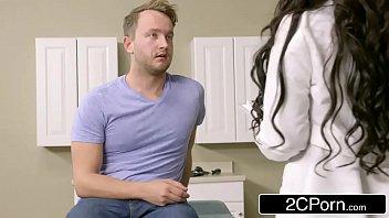 Médica peituda chupa e fode com paciente dotado