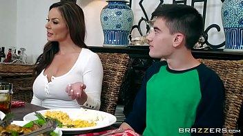 Malas tv do garoto e a mulher madura
