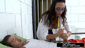 Mofos com médica tesuda foda com presidiário na cadeia