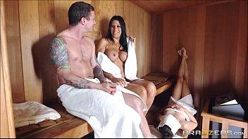Morena masturba macho da irmã na sauna e ganha dedinho na xota