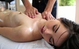 Novinha fudeno malandra cheia de tesão para dar o cuzinho pro dotado safado durante a massagem
