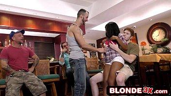 Pormo negra faz strip e chupa vários machos no bar