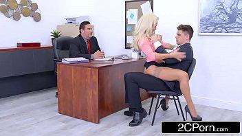 Porno hub pra conquistar cliente loira fode na frente do chefe