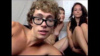 Porno sexo garoto nerd com duas praticinhas
