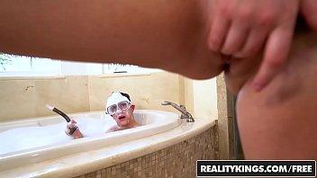 Pornop fudendo gostosa no banho