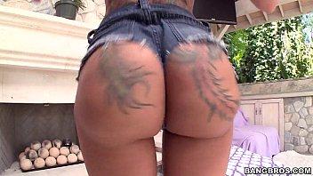 Rabuda do corpo tatuado provoca exibindo seios e rabo perfeito