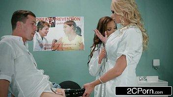 Redtub com enfermeiras peitudas chupando paciente