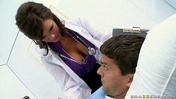 Samba porn médica chupa e trepa com paciente gostoso