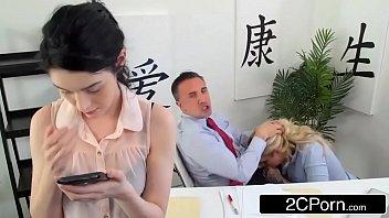 Sexo 3G loira rabuda dando o cu para chefe roludo