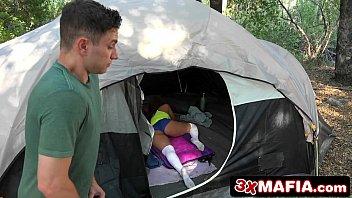 Sexo na cama e boquete na barraca do acampamento
