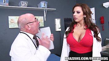 Sexobis enfermeira tetuda arreda calcinha e fode com paciente
