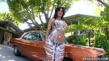 So porno da coroa peituda lavando o carro pelada