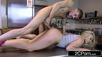 Teen sex chupa gostoso e leva rola na cozinha