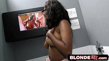 The porn dude negra mamando pau no buraco da parede
