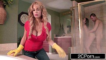 Videos desexo empregada cai na putaria com casal no chuveiro