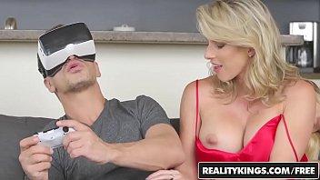 Xvideo pornor do garoto gamer comendo mãe e irmã