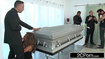 Xvidios gata madura chupa e fode no funeral do amigo
