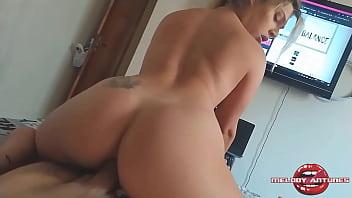 Hot sex loira rebolando no caralho com rabão bem empinado