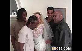 Loira puta fazendo sexo explicito gratis com negros