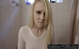 Ninfetinha loira fazendo sexo bem gostoso com o safado durante o banho