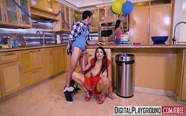 Novinha safada pagando um boquete bem gostoso para seu vizinho do bigode no meio da cozinha mesmo com tudo