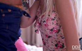 Video de sexo com a linda loirinha abaixando as calças de seu namorado