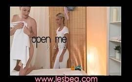 Video porno duas lésbicas safadinhas trepando depoi do banho gostoso no motel
