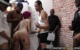 Gangbang no banheiro do puteiro com uma puta cheia de Tattoo