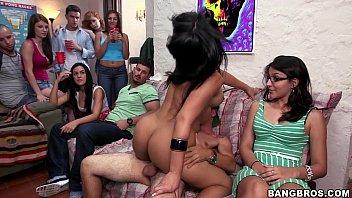 Mulheres transando em festa porno