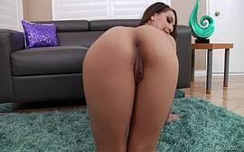 Vídeos pornôs dessa morena gostosa mostrando como dar uma bela de uma cavalgada na rola grande desse cara filho de uma puta com tudo
