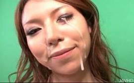 Gozando bem na cara dessa asiatica safada que é viciada em pau na boca