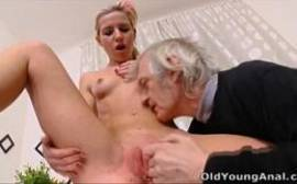 Pornotub com loirinha vadia dando pro velho.