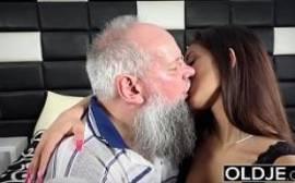 Sexo com a moreninha louca por rola.