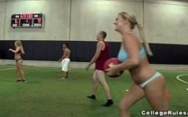 Vizinha gata  fazendo sexo no campo de futebol com putas loiras safadas com peitos grandes duros magrinha novinha sexy